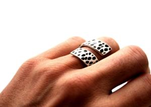 """""""Dot"""" ring i matt silver med oxiderade fläckar. Nu: 199 kr"""