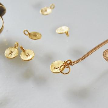 bokstavsberlocker guld,halsband