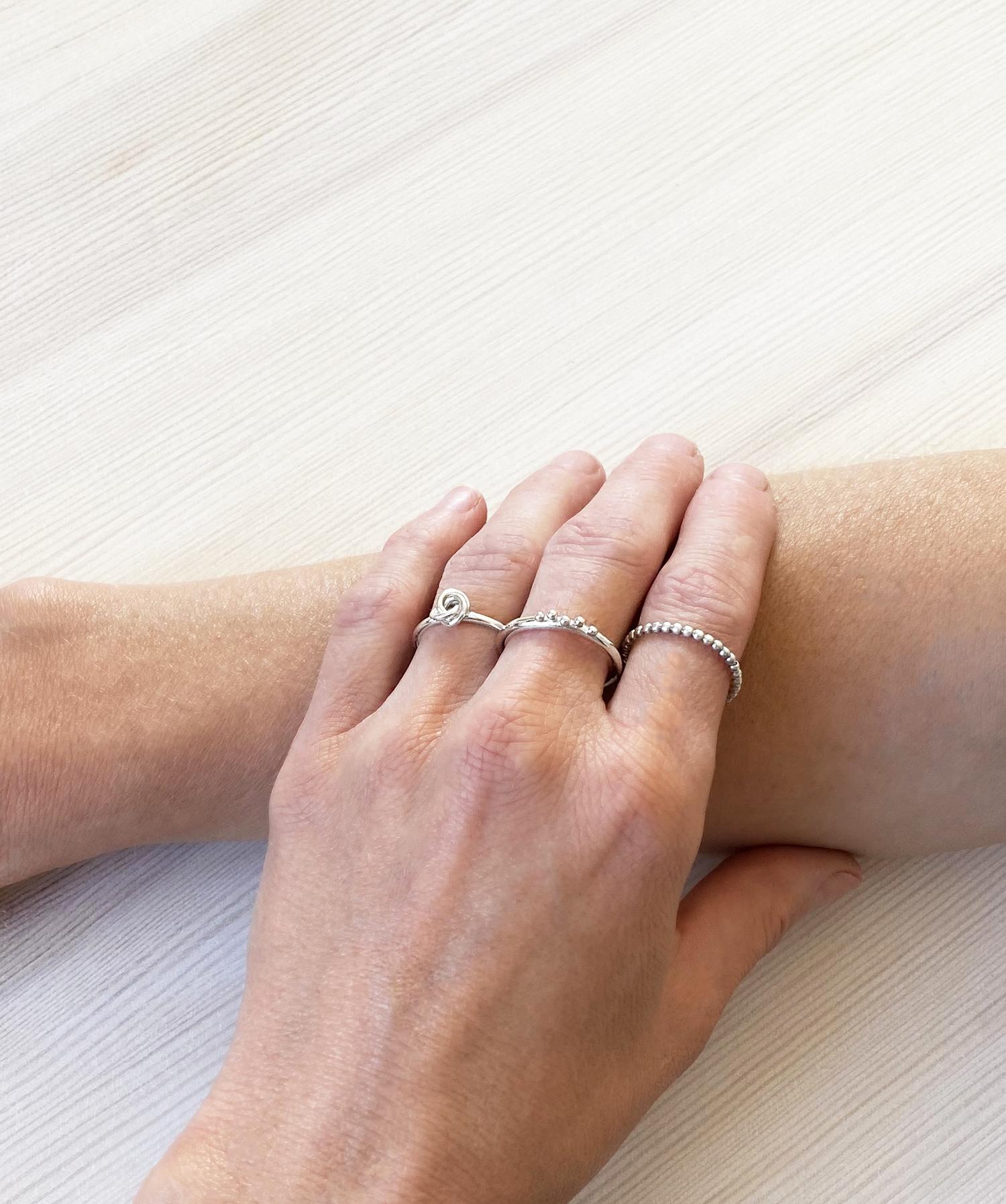 Silverringar på flera fingrar från Mila Silver
